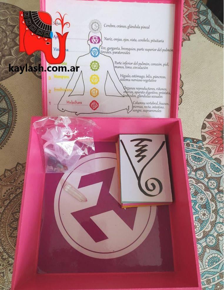Cajas armonizadas con set de gemas para chakras y símbolos de protección