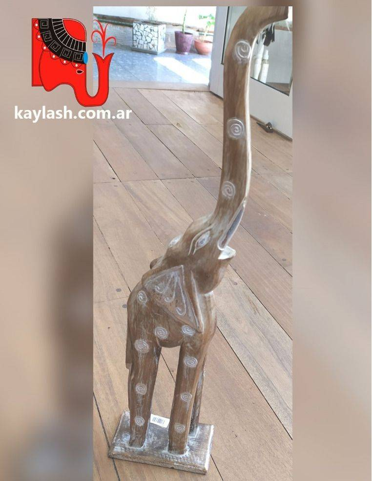 Elefante de madera albasia con base de apoyo